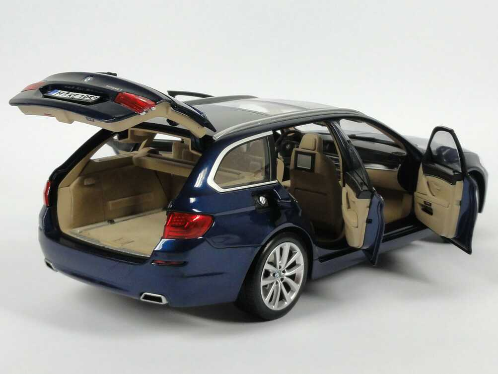 bmw 5er 550i touring f11 tiefsee blau met werbemodell. Black Bedroom Furniture Sets. Home Design Ideas