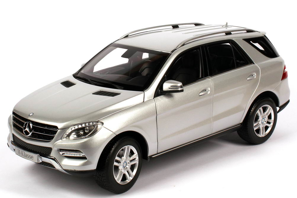 1 18 mercedes benz m klasse 2012 w166 iridium silber met werbemodell minichamps b66960064. Black Bedroom Furniture Sets. Home Design Ideas