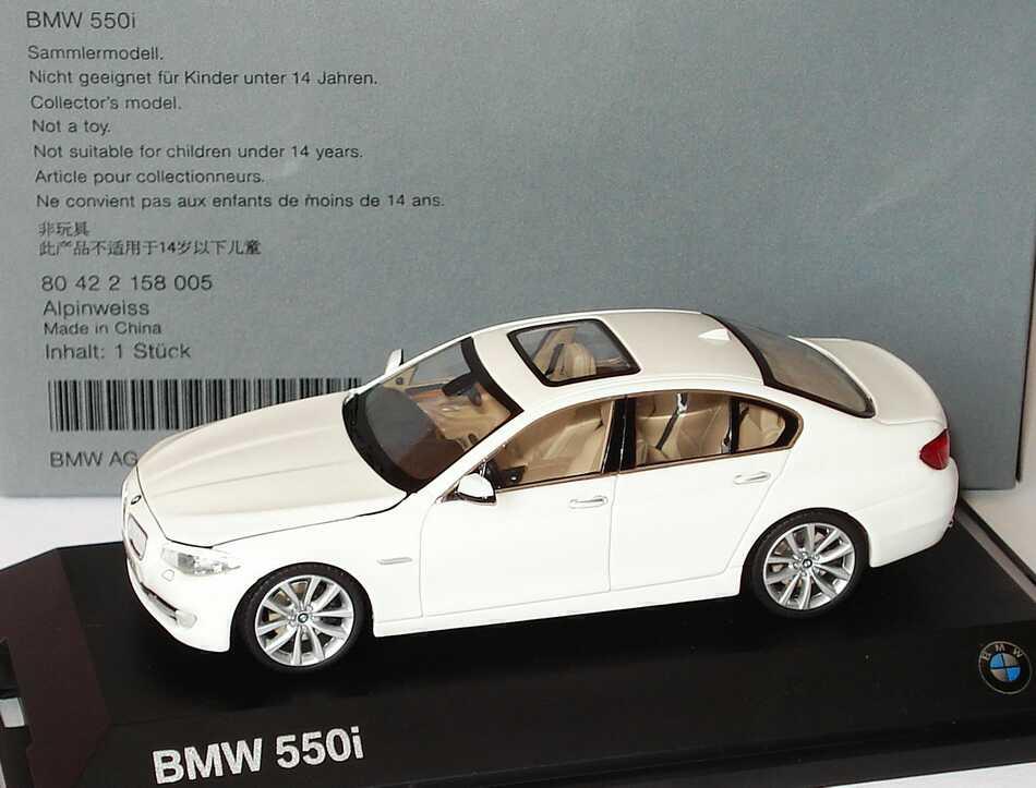 Foto 1:43 BMW 5er 550i F10 alpinweiß - Werbemodell - Schuco 80422158005