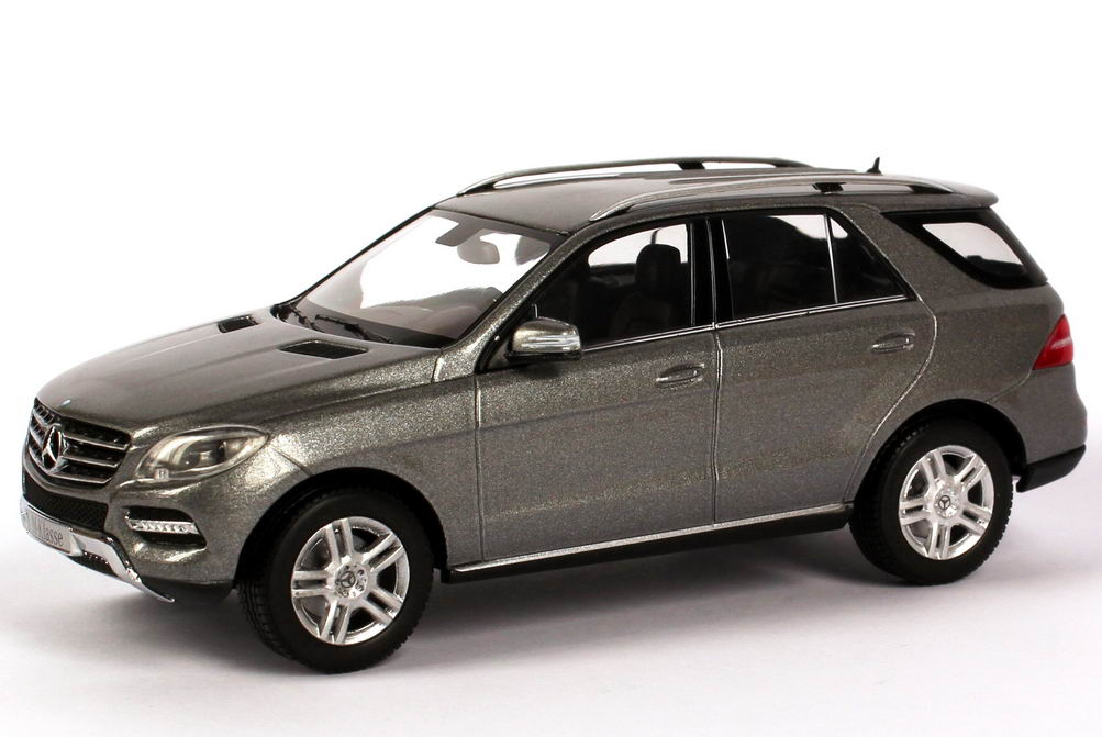 mercedes benz m klasse 2012 w166 palladium silber met werbemodell minichamps b66960061 bild 5. Black Bedroom Furniture Sets. Home Design Ideas