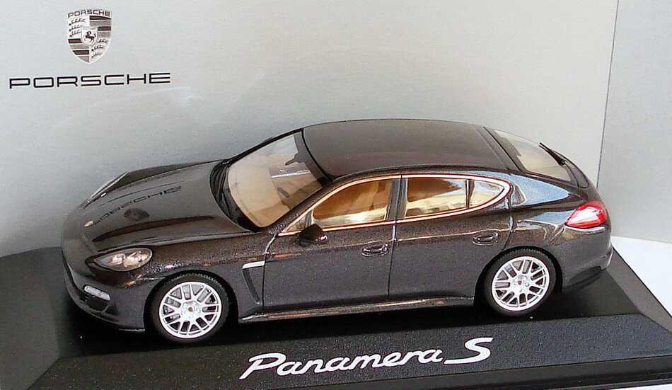1:43 Porsche Panamera S carbongraumet. (Porsche)