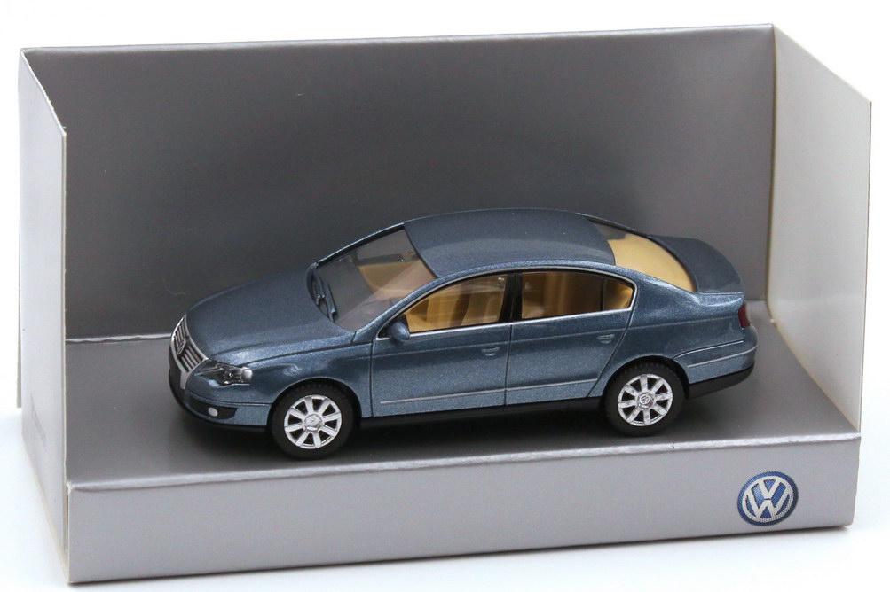 1:87 VW Passat (Typ B6) 2005 chrystalblue-met., IA beige (VW)