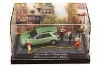 """1:87 Mercedes-Benz M-Klasse (W164) hellgr�n-met. in Minidiorama """"Fr�hjahrsputz"""""""