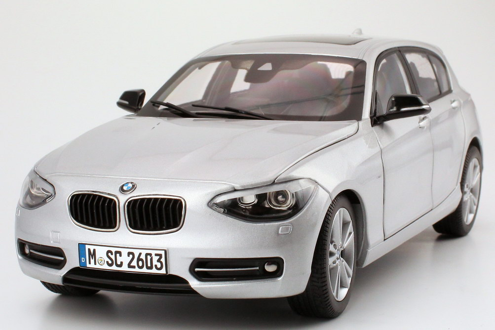 Foto 1:18 BMW 1er (F20) 5türig glacier-silber-met. Werbemodell BMW-Group 80432210022