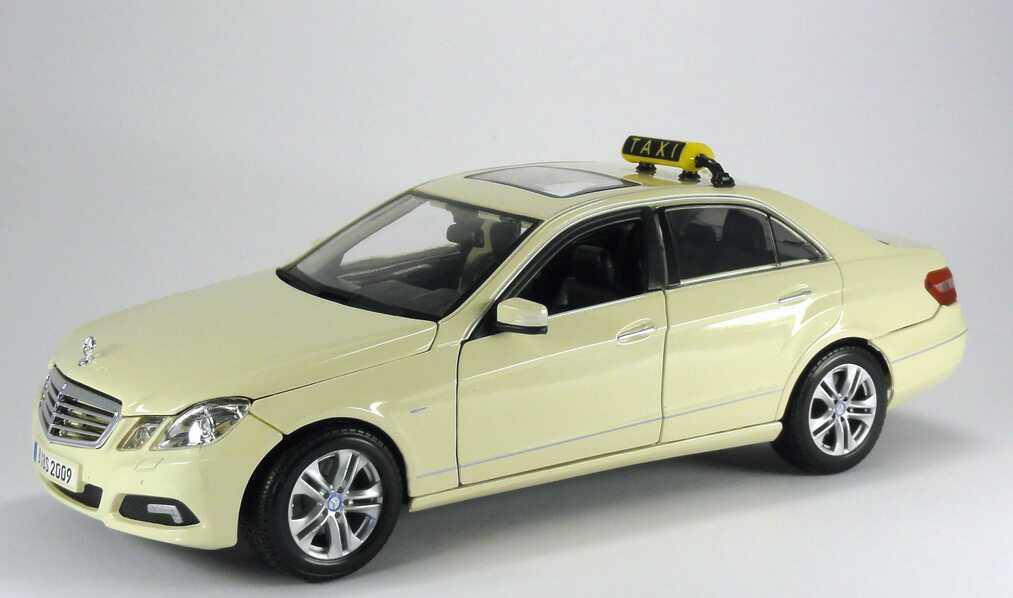 Foto 1:18 Mercedes-Benz E-Klasse (W212) Taxi hellelfenbein Maisto 36191