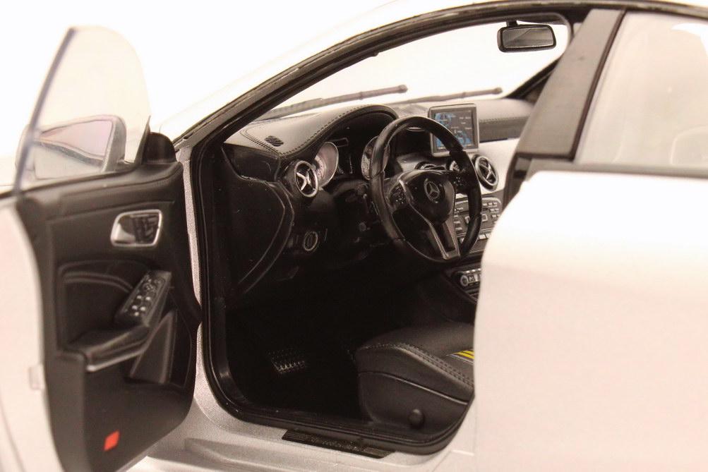 Foto 1:18 Mercedes-Benz CLA-Klasse 2013 (C117) magno-polarsilber-met. Werbemodell Norev B66960130