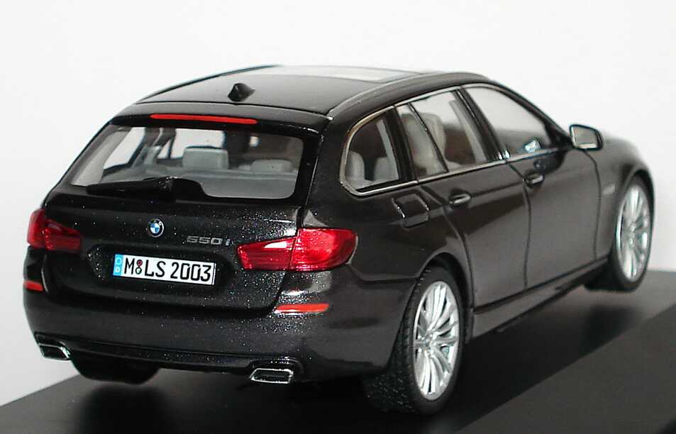 BMW 5er 550i Touring F11 Sophistograu Met Werbemodell