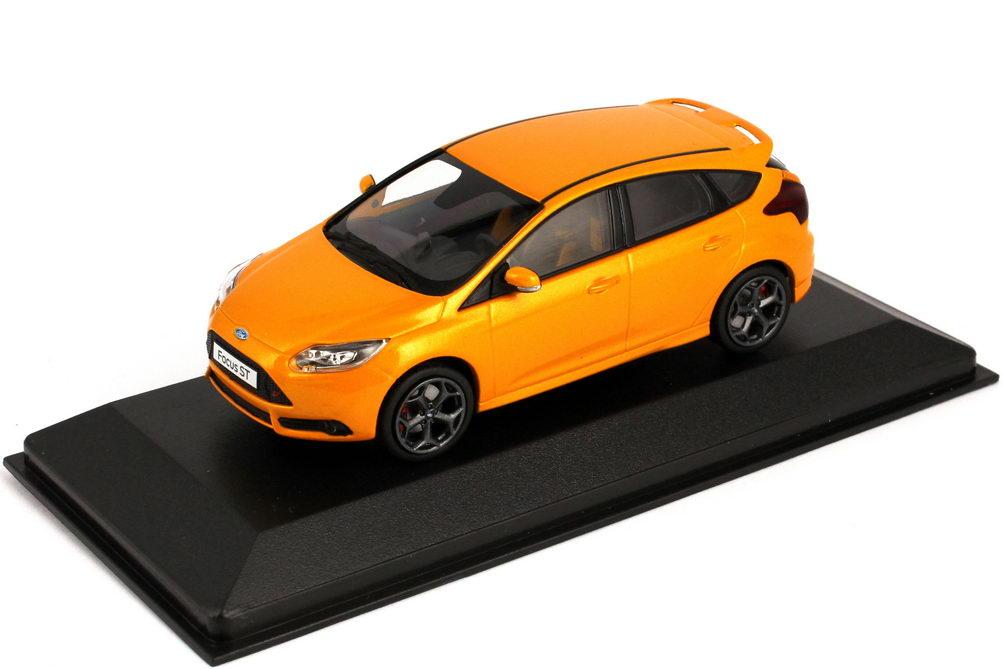 Foto 1:43 Ford Focus ST 2012 tangerine-scream-orange-met. Werbemodell Minichamps 413081003