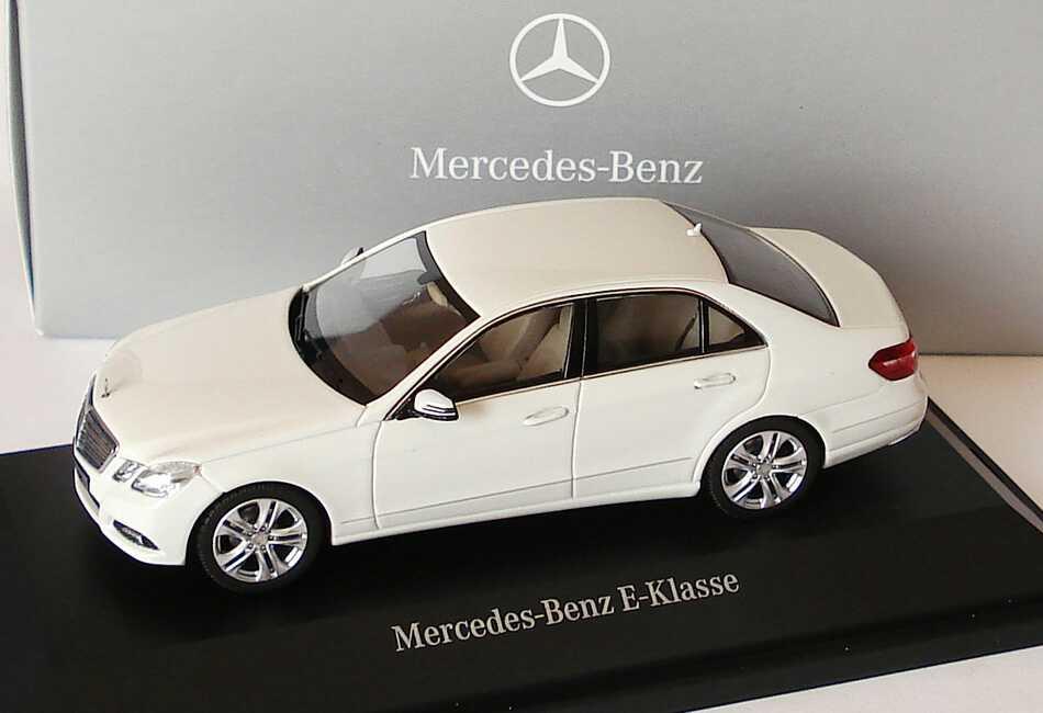 Foto 1:43 Mercedes-Benz E-Klasse (W212) Avantgarde calcitweiß Werbemodell Schuco B66960206