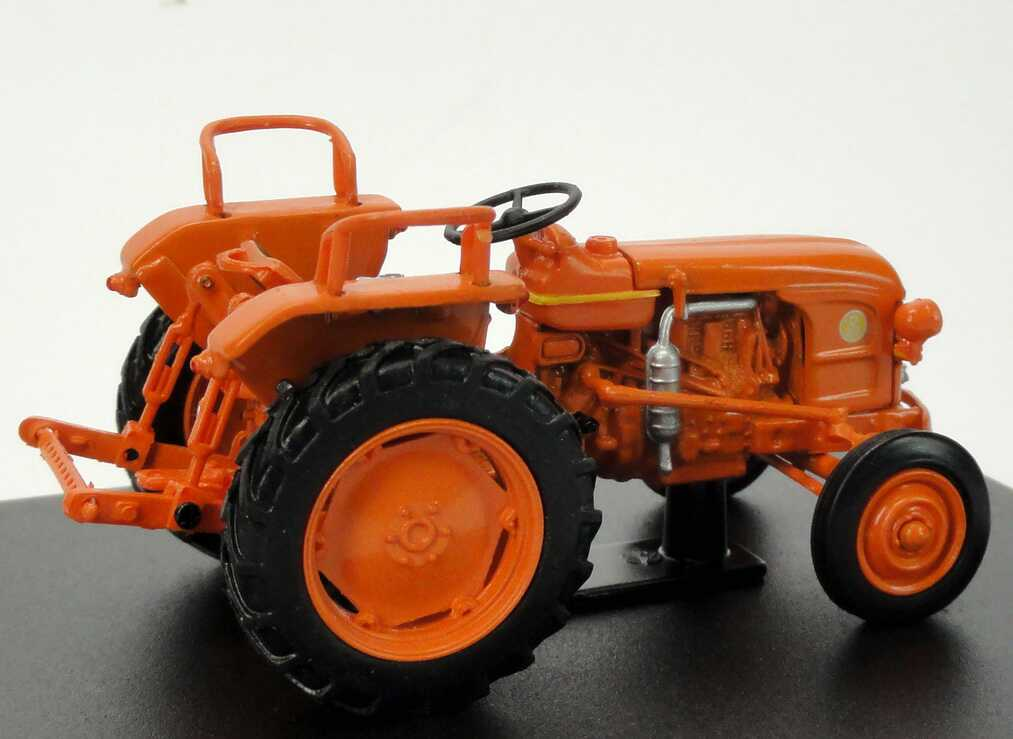 Foto 1:43 Renault D22 Tractor (1956) orange Universal Hobbies