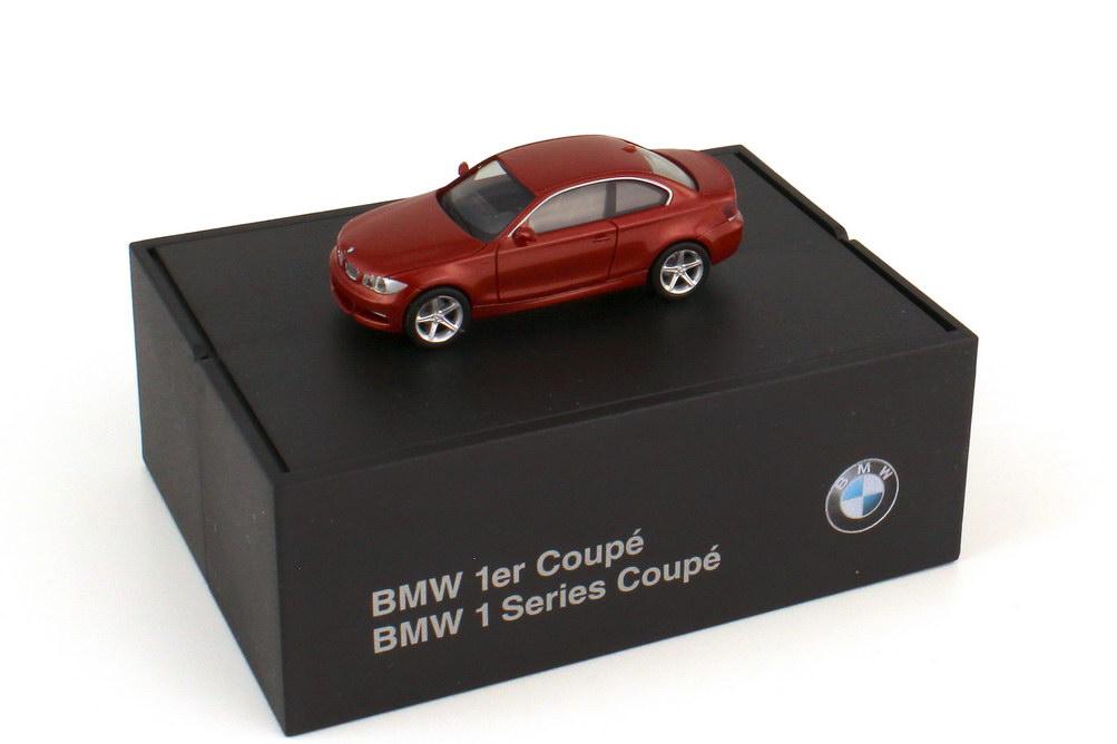Foto 1:87 BMW 1er Coupé E82 sedonarot-met. - Werbemodell - herpa 80410427070