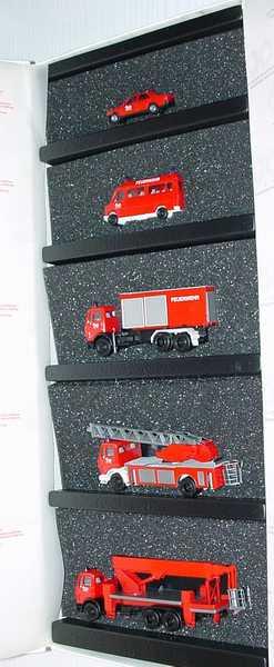Foto 1:87 100 Jahre Automobil Daimler Benz 1886-1986 (190E Feuerwehr, 207D Bus Hochdach Feuerwehr, 3a Abrollkipper Feuerwehr, 2a Drehleiter Feuerwehr, 3a Teleskopmast Feuerwehr) herpa 6840640600