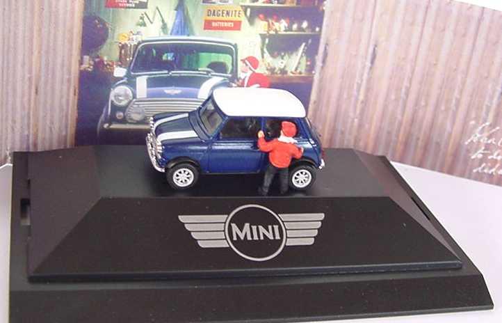 Foto 1:87 Austin Mini Cooper dunkelblaumet., weiße Streifen auf Motorhaube mit Junge Werbemodell herpa