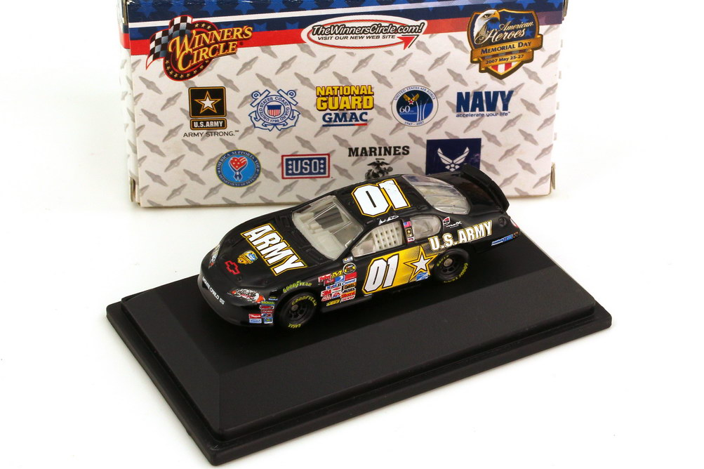 Foto 1:87 Chevrolet Monte Carlo SS NASCAR 2007 Ginn Racing, U.S. Army Nr.01, Mark Martin (Memorial Day Edition) Winners Circle 64761