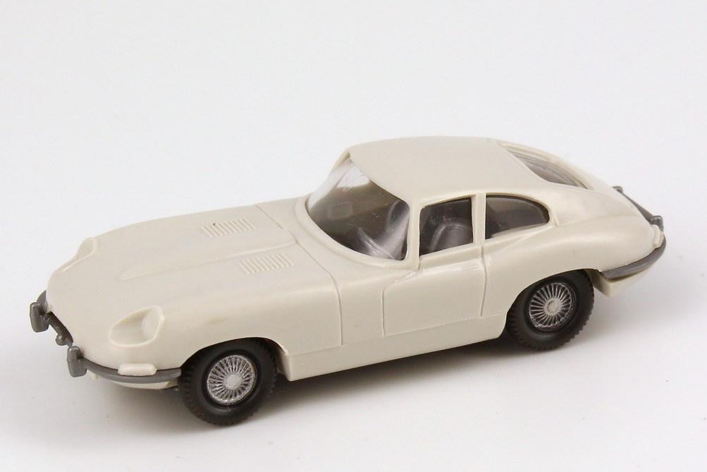 Foto 1:87 Jaguar E-Type grau-weiß, mit Lenkrad, Scheinwerfer unbemalt Wiking 022