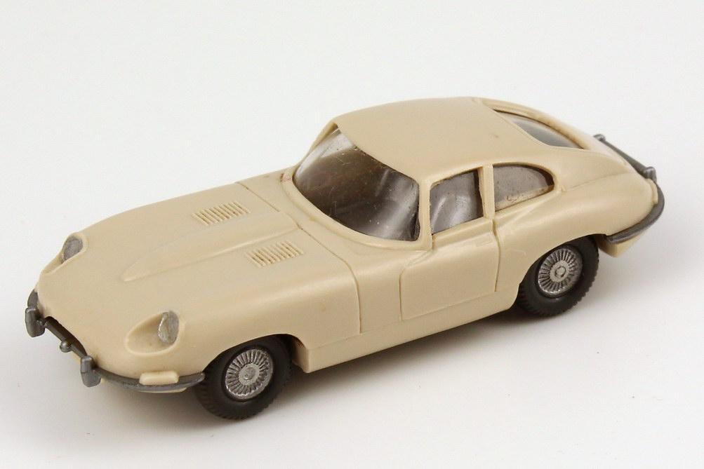 Foto 1:87 Jaguar E-Type hell-elfenbein, ohne Lenkrad, Scheinwerfer gesilbert Wiking 022
