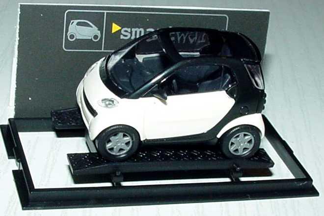 Foto 1:87 MCC Smart City-Coupé weiß/schwarz Werbemodell Busch 0013097V001000000