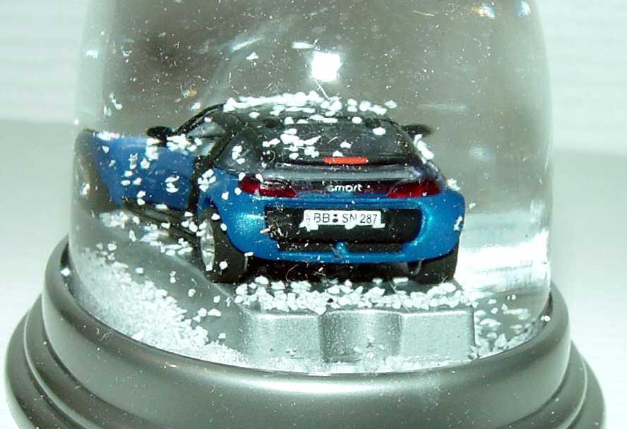 Foto 1:87 MCC Smart Roadster Coupé star-blue-met. in Schneekugel Werbemodell Busch ZQ88880203