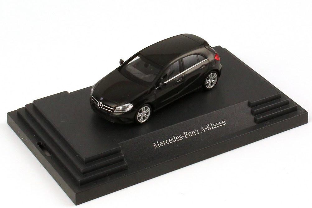 Foto 1:87 Mercedes-Benz A-Klasse 2012 (W176) nacht-schwarz Werbemodell herpa B66960119