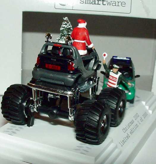 Foto 1:87 Smart Christmas 2002 Weihnachtsdiorama mit Monster Crossblade + City-Coupé Polizei - Werbemodell - Busch 0015074V001C02Q00