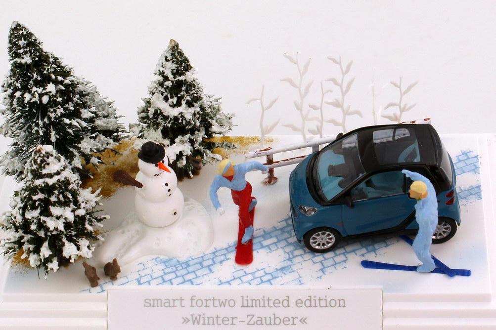 Foto 1:87 Smart Fortwo II Coupé (C451) petrol-blau in Minidiorama Winter-Zauber Werbemodell Busch B66961395