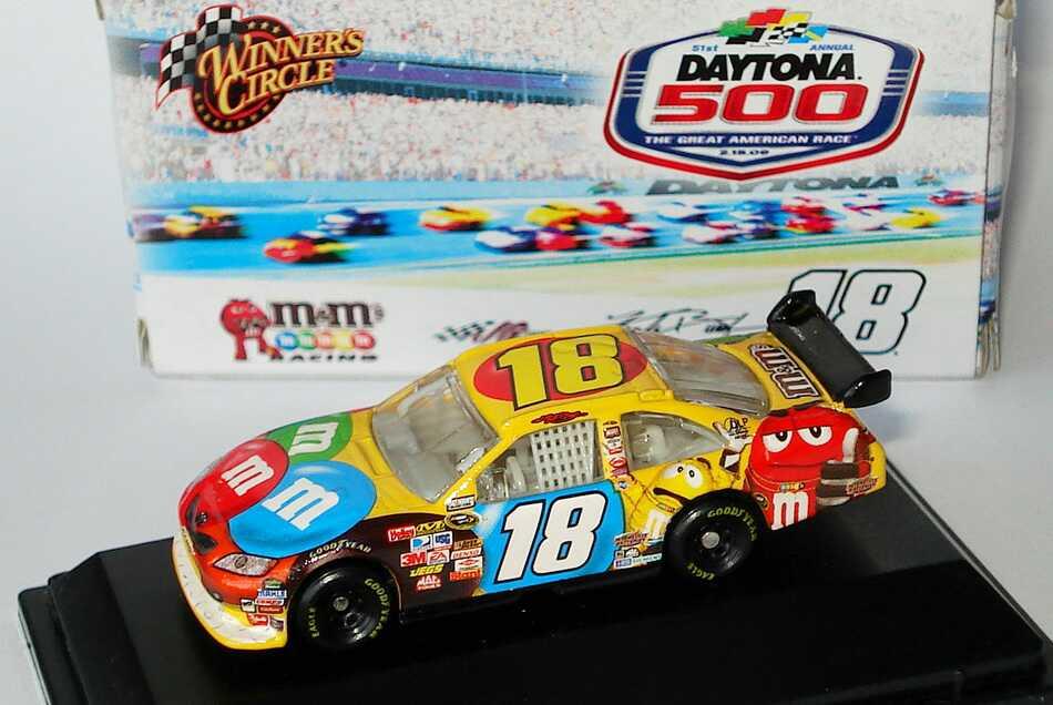 Foto 1:87 Toyota Camry NASCAR 2009 Joe Gibbs Racing, m&m Nr.18, Kyle Busch (Daytona 500) Winners Circle 06756