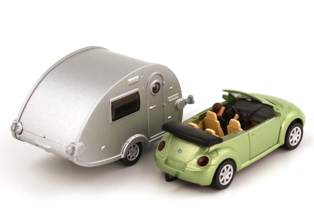 Foto 1:87 VW New Beetle Cabrio cybergreen-met. mit Fahrerin und T@B Wohnwagen silber Wiking 06340