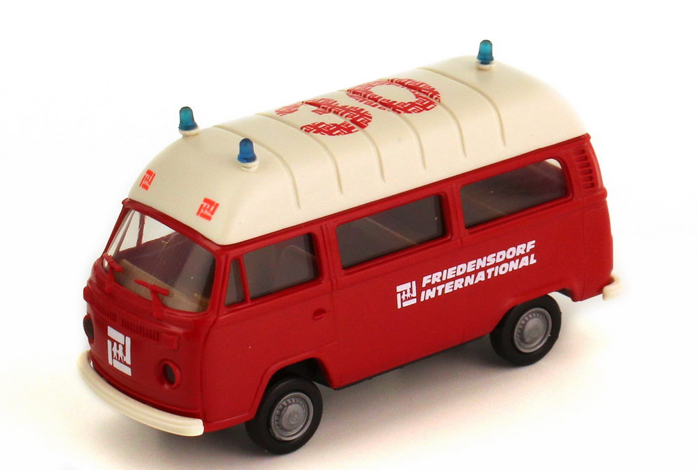 Foto 1:87 VW T2 (T2b) Bus Hochdach Feuerwehr 30 Jahre Friedensdorf International, Krankenwagen rot Brekina