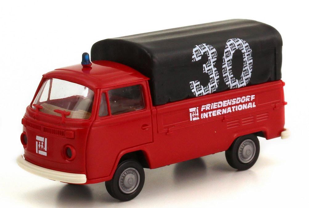 Foto 1:87 VW T2 (T2b) Pritsche/Plane Feuerwehr rot 30 Jahre Friedensdorf International Brekina AusSet9903